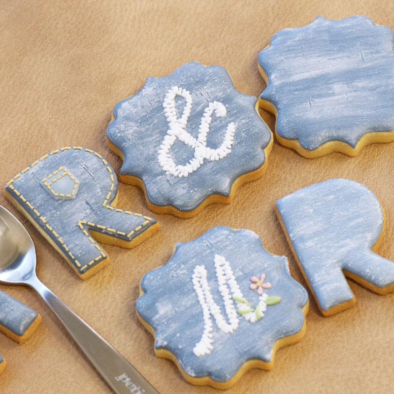 牛仔色和刺绣风格字母的糖霜饼干
