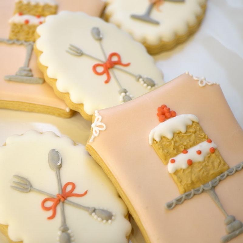 维多利亚蛋糕和餐具图案的糖霜曲奇