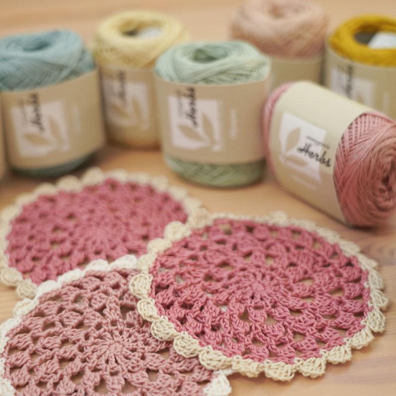 用泡芙针法编织的蕾丝垫